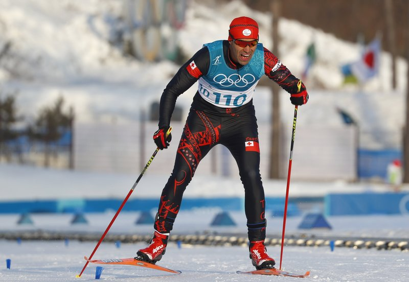 Pita Taufatofua, de Tonga, entrando en meta de la prueba de 15 kilómetros de esquí de fondo - FOTO: EFE