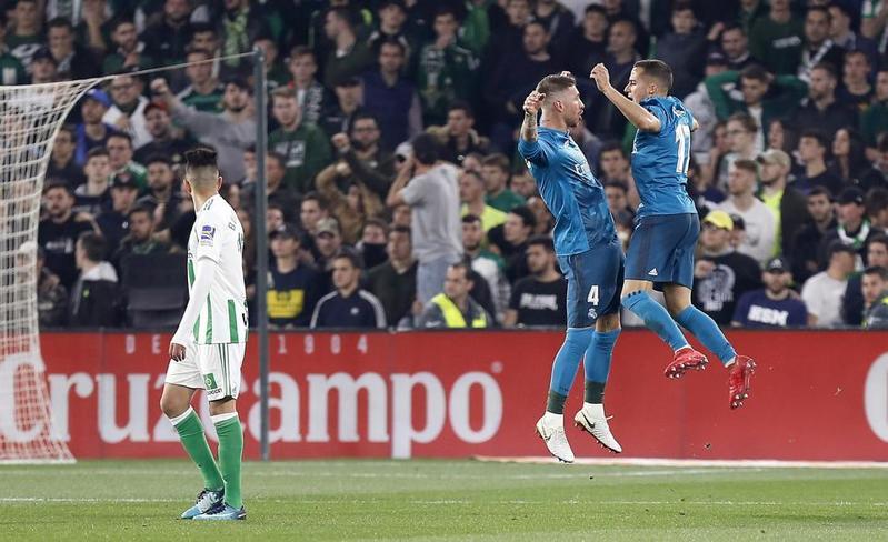 Ramos y Lucas Vázquez celebran el 2-2 del Real Madrid FOTO: EFE