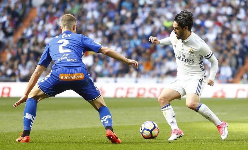 Isco y Ely durante el ultimo partido entre el Real Madrid y el Alavés en el Bernabéu