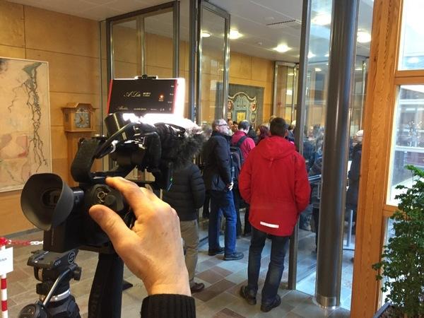 På plats i Linköpings tingsrätt, jag och kollegorna Mimmi Moberg och Mikko Lindskog. Under dagen gör vi vårt bästa att leverera info från dubbelmordsrättegångens första dag.