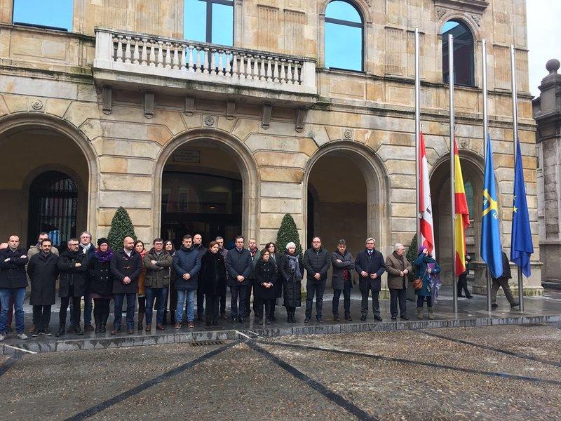 Minuto de silencio en el Ayuntamiento de Gijón.