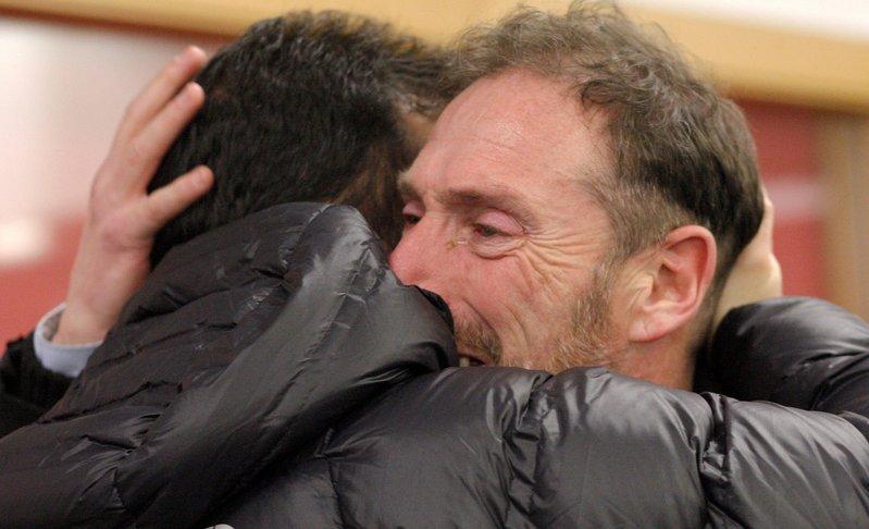 El Hermano de Quini recibe las condolencias de aficionados y amigos. Foto: EFE