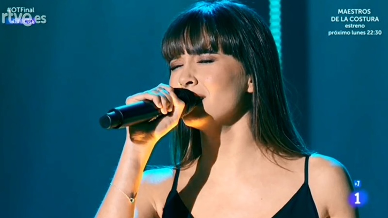 Aitana, cantando en directo.