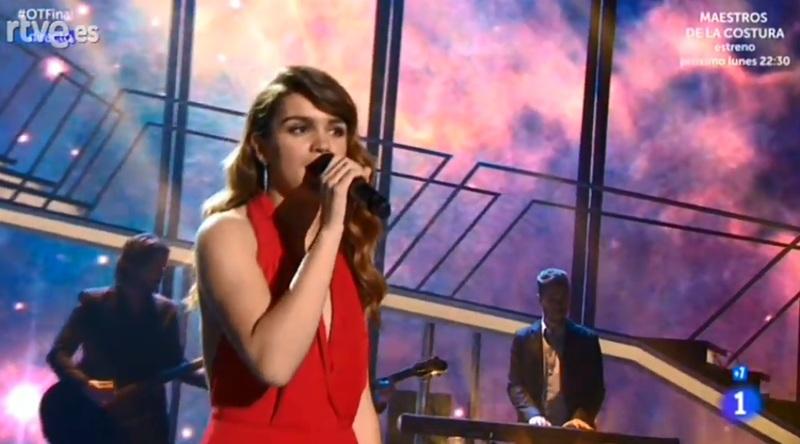 Amaia, sobre el escenario interpretando 'Starman'.