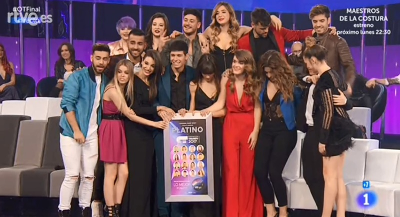 Los concursantes de OT, con el disco de platino.