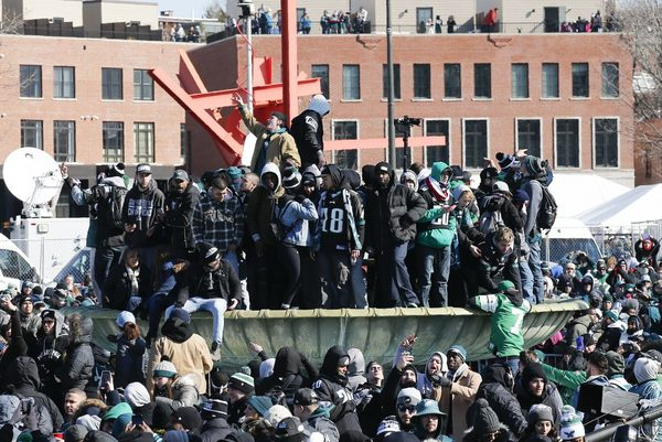 Here s what Eagles fans climbed during the Super Bowl parade - Philly 5343d490a