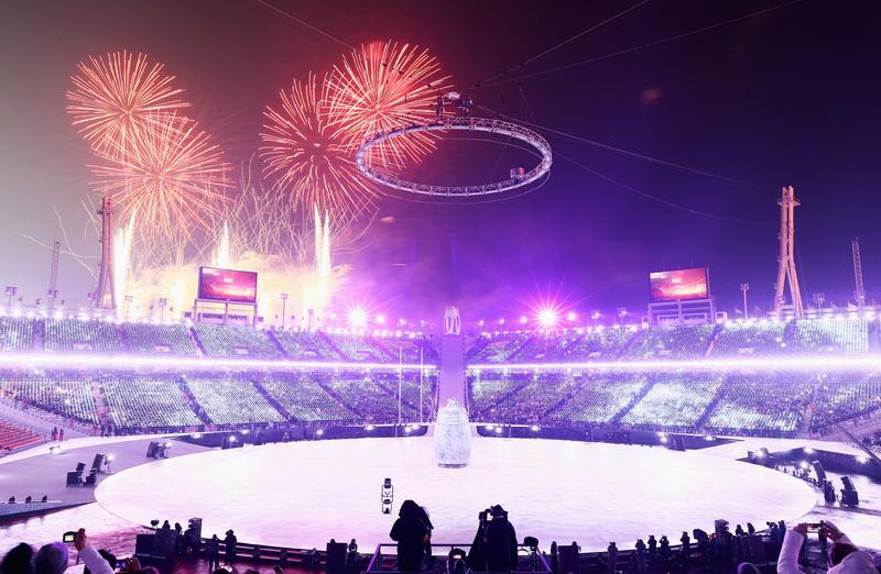 Un enorme castillo de fuegos artificiales ha dado inicio a la ceremonia (Getty)