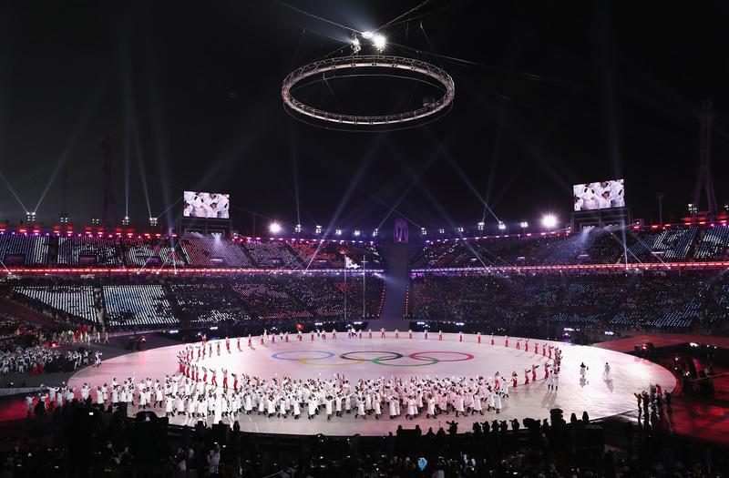 Los aros olímpicos, muy presentes en la ceremonia (AP)