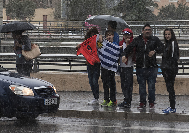Seguidores de Luis Suárez en el hotel del Barça en Málaga FOTO: PERE PUNTÍ