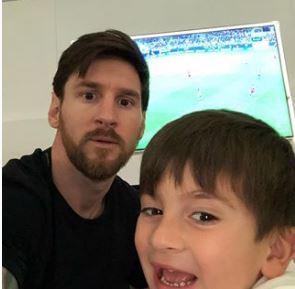 Messi, viendo el partido por TV con su hijo, Thiago FOTO: INSTAGRAM