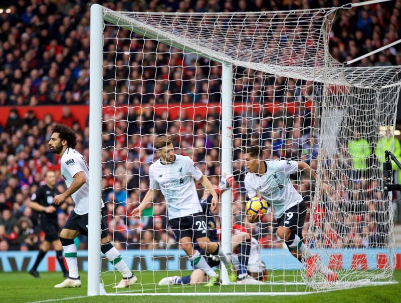 Los jugadores del Liverpool recogen el balón tras el 2-1