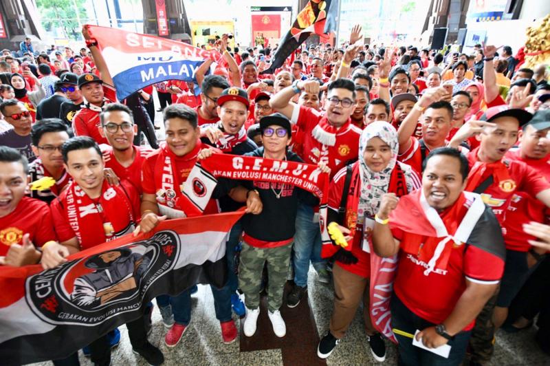 El Clásico de Inglaterra es uno de los partidos más seguidos en el mundo. En la foto, aficionados del United en Kuala Lumpur, Malasia.