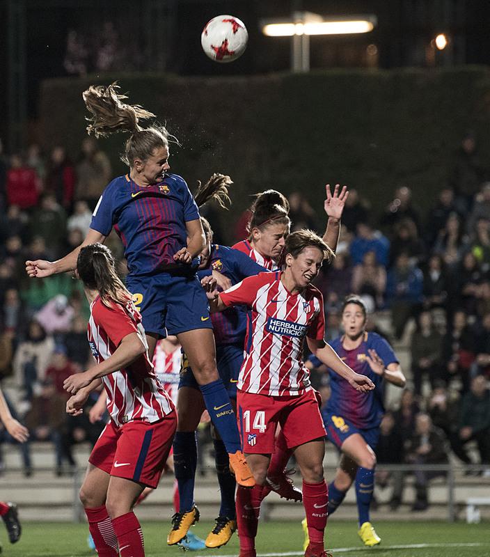 Juego aéreo en el Barça-Atlético FOTO: PERE PUNTÍ