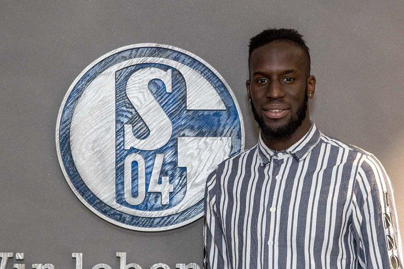 Sané tras firmar su contrato con el Schalke