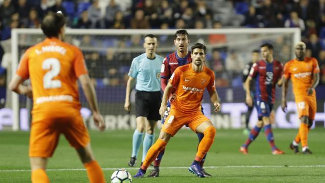 Adrián tendrá que comandar el juego del Málaga. LFP