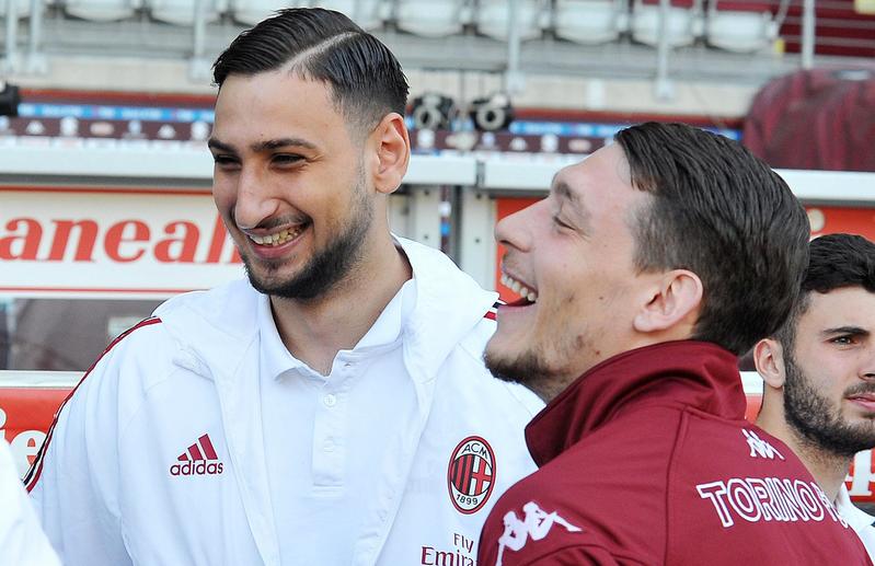 Belotti, bromeando con el portero del Milan Donnarumma