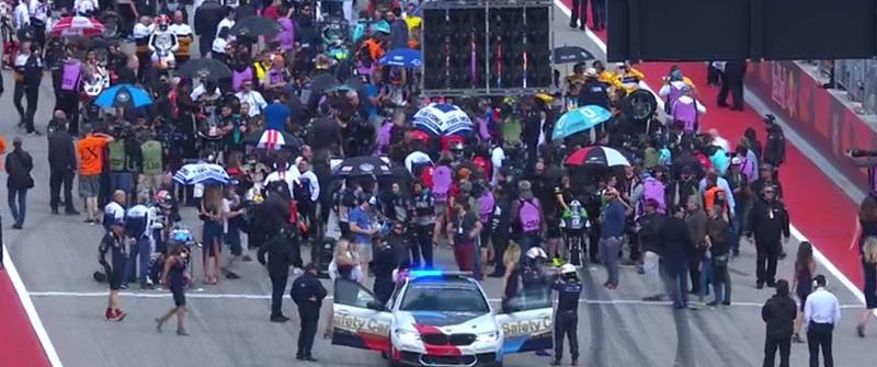 Los pilotos ya ocupan su sitio en la parrilla de salida de Moto3