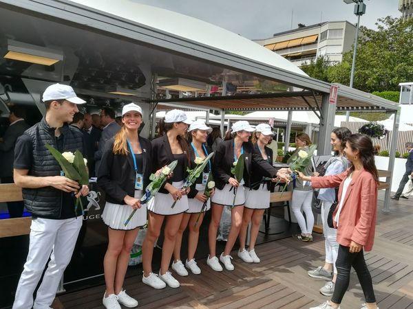 Las azafatas del Torneo reparten rosas como tradición por el día de Sant Jordi.
