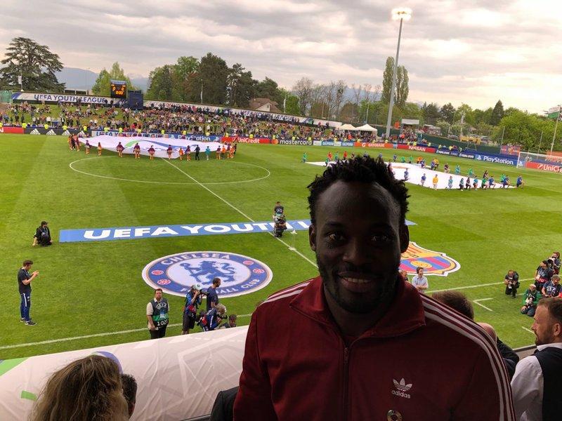 Michael Essien, del staff del Chelsea, antes de la final