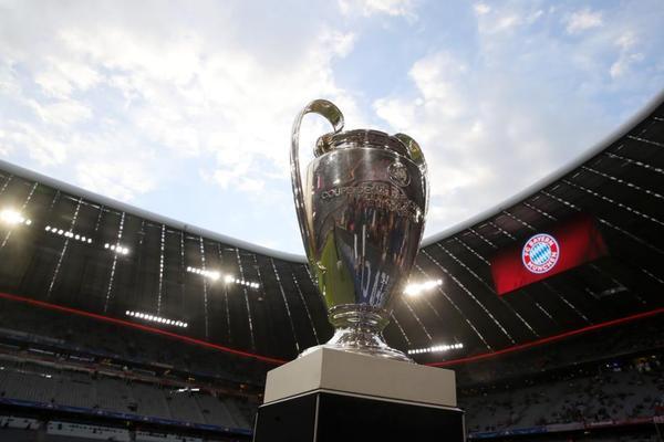 El trofeo que todos quieren preside el Allianz Arena en la previa de este partido de ida de las semifinales de la Champions Lreague entre el Bayern de Múnich y el Real Madrid