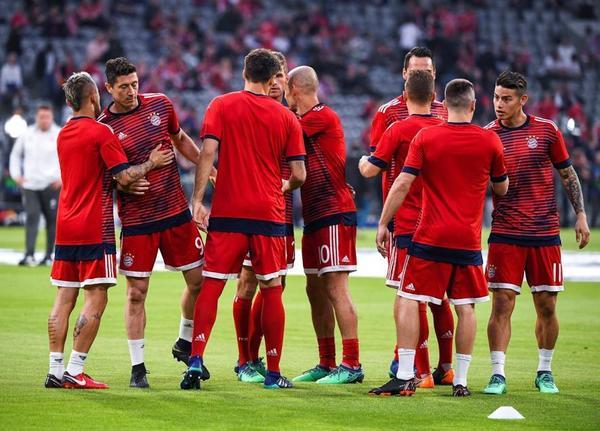 Imagen del calentamiento previo al partido de los jugadores del Bayern de Múnich