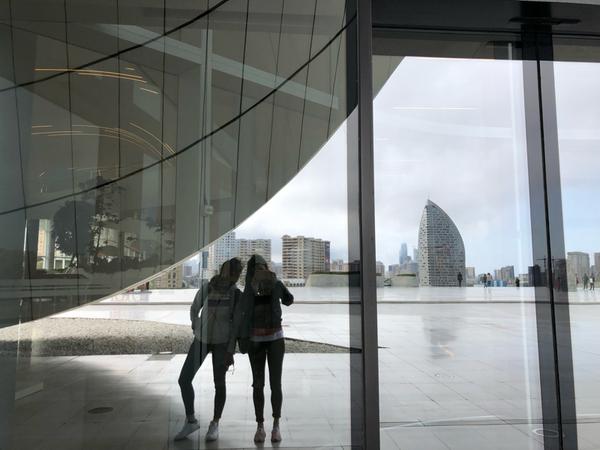 Io e Mara al centro culturale Heydar Aliyev di Zaha Hadid
