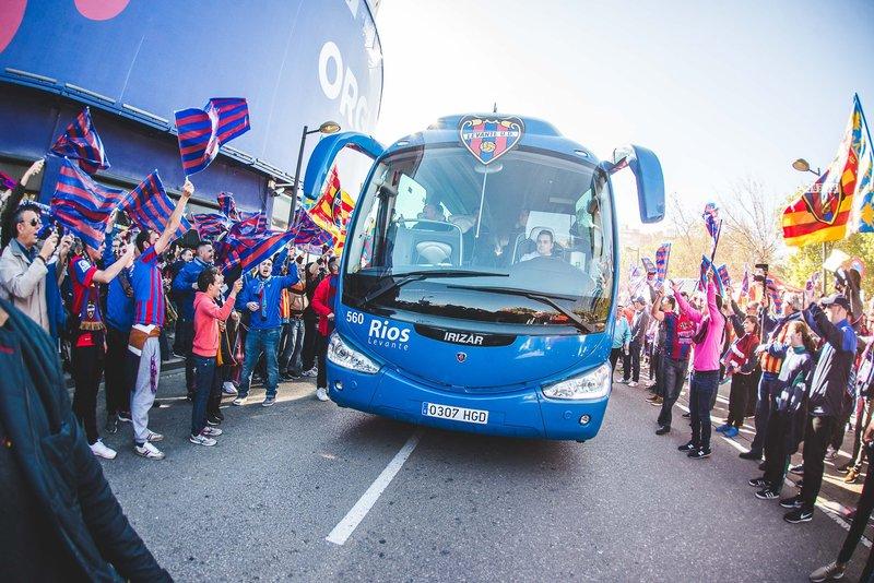 Gran ambiente en el recibimiento del autobús del Levante. @LevanteUD