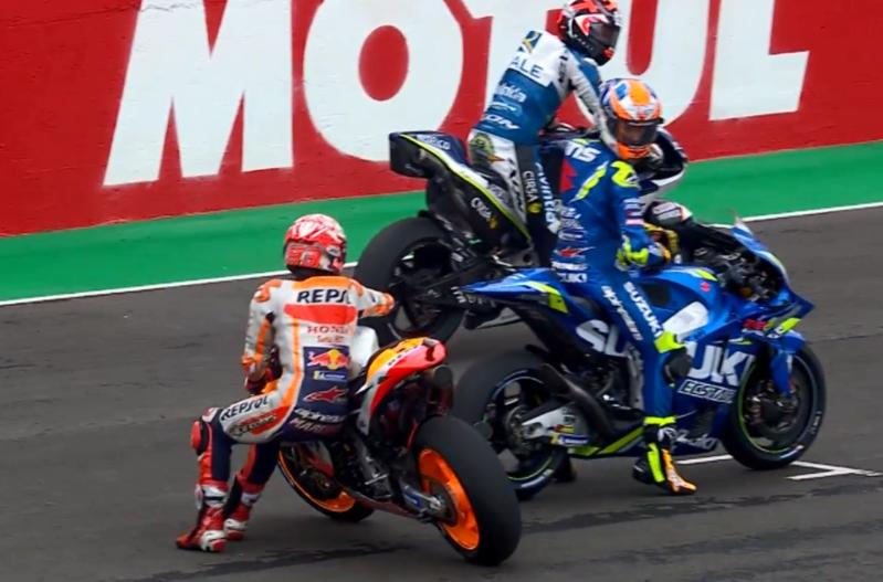 Marc Márquez salvando la papeleta cuando se le había parado la moto antes de la salida