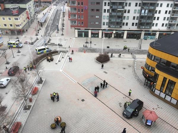 Översikt av Medborgarplatsen från Hotell Bodensia. Här väntas mycket aktivitet under dagen.