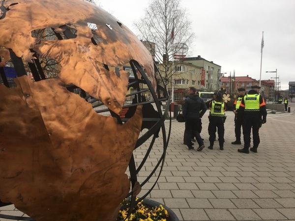 Polisen förbereder inför demonstrationerna och manifestationerna. Många Bodensare går fram och pratar med dem.