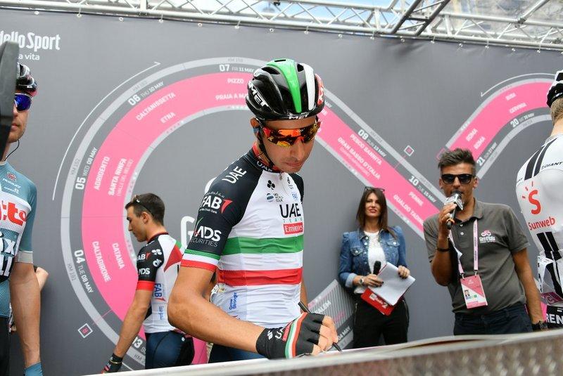 FABIO ARU (UAE) en el control de firmas antes de empezar la 6ª etapa del Giro de Italia. Es uno de los candidatos a la victoria en el Etna