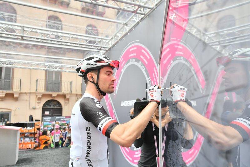 TOM DUMOULIN (Sunweb) parece estar muy confiado en sus opciones de victoria y maglia rosa en la etapa de hoy en el Giro de Italia