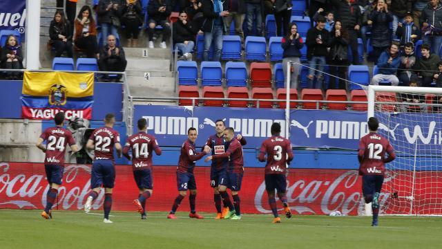 El Eibar celebró el gol de Charles. LFP