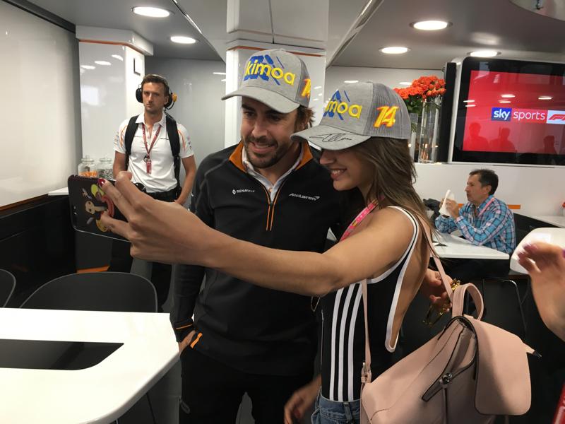 Acabamos de estar con Fernando Alonso en su hospitality. Le ha regalado una gorra a Ana Guerra, cantante de OT!