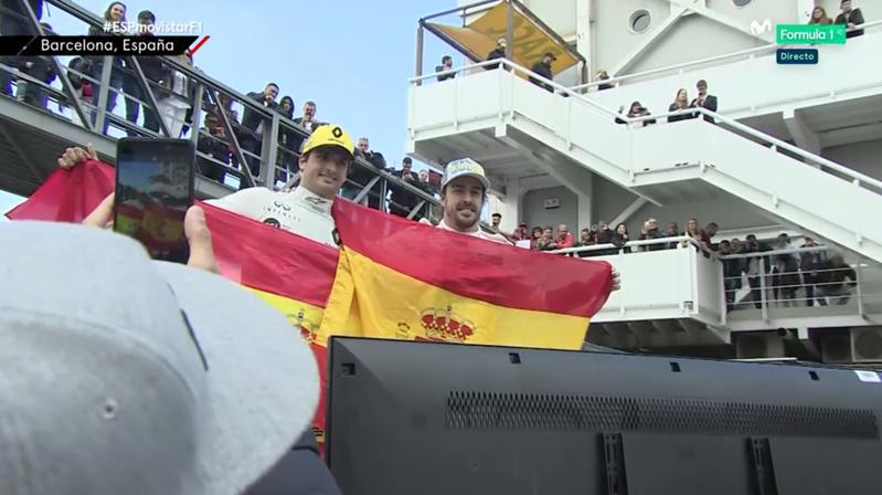 Sainz y Alonso posando para sus fans.