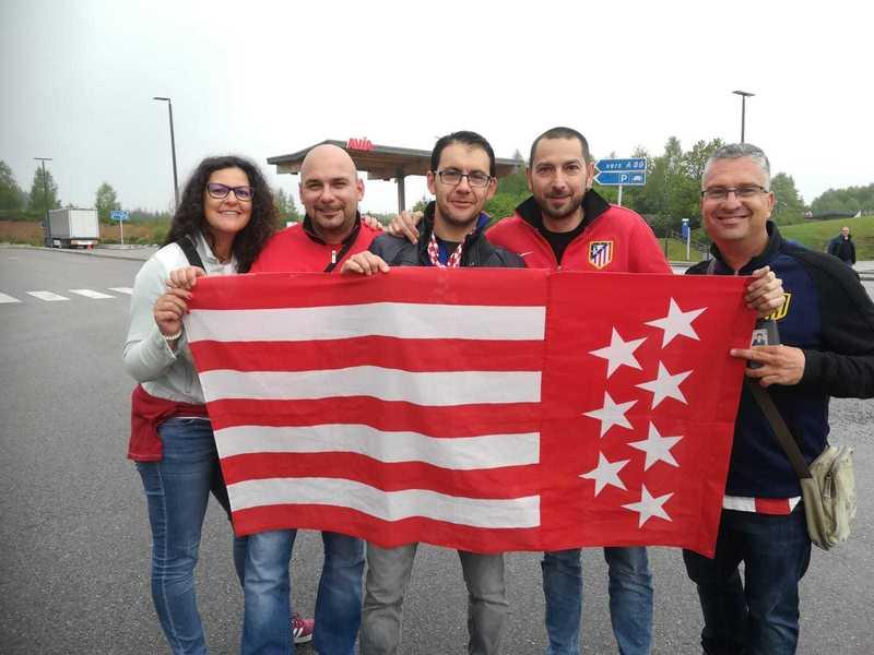 Aficionados del Atlético de Madrid de camino a Lyon.