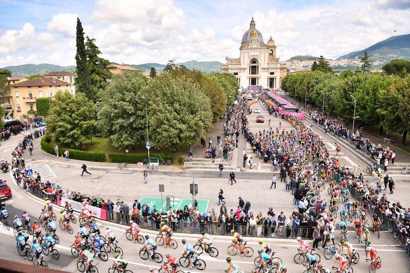 IMAGEN espectacular de la salida de la etapa de hoy en el Giro en Asís