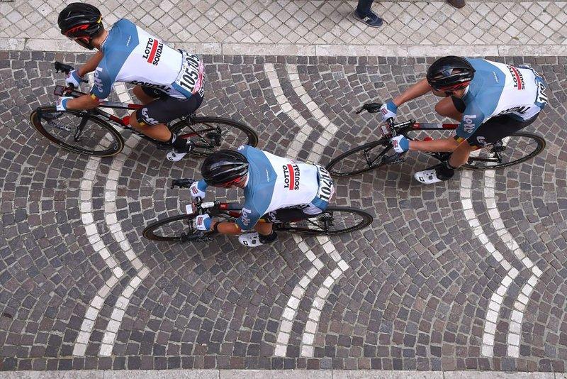 Victor Campenaerts, Jens Debusschere y Frederik Frison (Lotto Fix All) trabajando en el pelotón