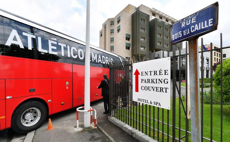 El Atlético de Madrid en su llegada al Hotel Lyon Metropole. (Foto: J. A. García Sirvent)