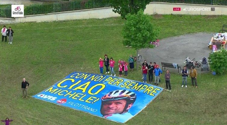 Muchas pancartas e imágenes de apoyo a Michele Scarponi, atropellado en 2017 en Filottrano