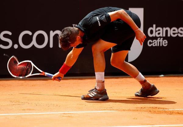 Así dejó la raqueta Dominic Thiem, con tres puntos de partido para Fabio Fognini, que derrotó al austríaco. Hipotético rival en cuartos de Rafa Nadal FOTO: GETTY