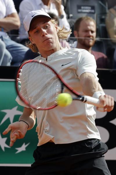 Denis Shapovalov, sufriendo al rey de la tierra en Roma FOTO: AP