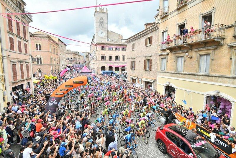 IMAGEN ESPECTACULAR de la salida de la 12ª etapa del Giro de Italia en Osimo