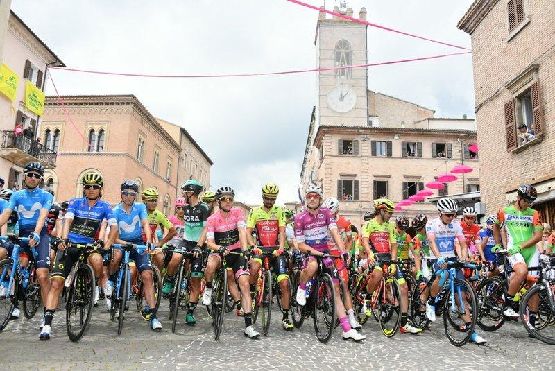 Los portadores de los principales maillots en la salida de la etapa en Osimo: Johan Esteban Chaves (Montaña), Simon Yates (Maglia Rosa), Elia Viviani (Puntos) y Richard Carapaz (Jóvenes)