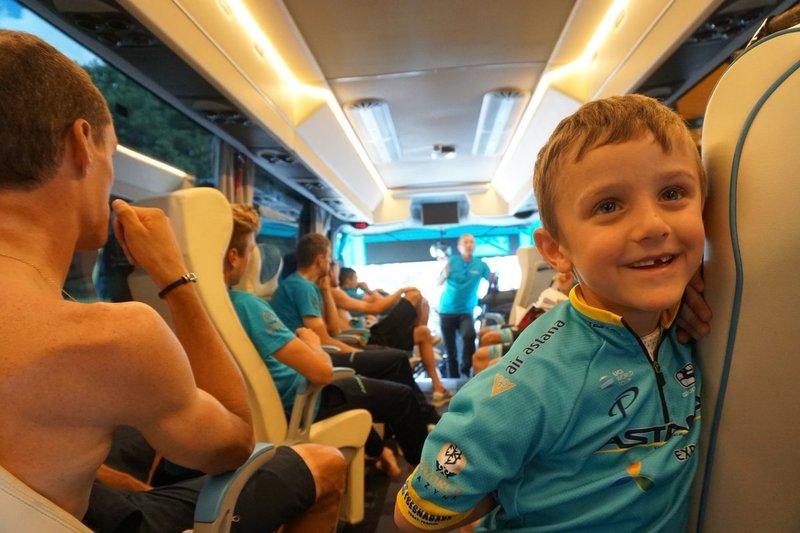 Los hijos del fallecido Michele Scarponi han vivido la previa de hoy en el bus del Astana, el último equipo de su padre