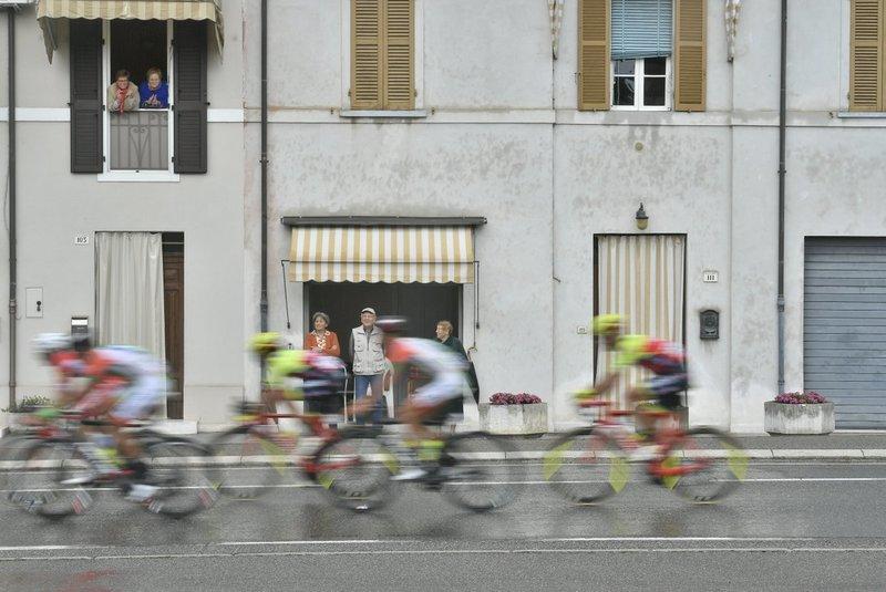 PRECIOSA IMAGEN de la fuga por una de las localidades de paso en esta 12ª etapa del Giro