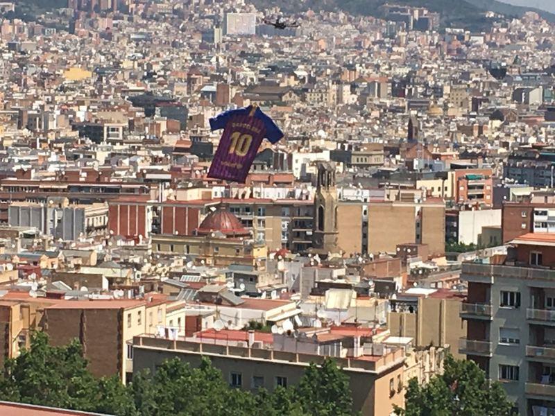 La nueva camiseta sobrevuela Barcelona. Foto: Roger Torelló