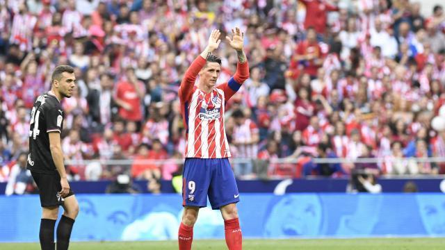 Torres aplaudió a su hinchada tras el gol. LFP