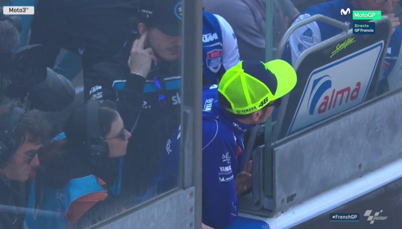 Rossi viendo la salida de Moto3.