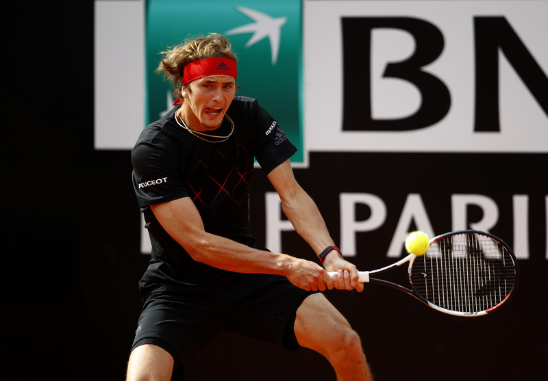 Zverev intenta percutir sobre el revés de Nadal (Getty)